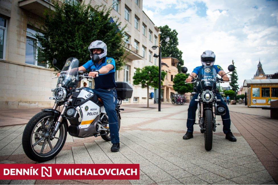Elektrické motorky mestských policajtov v Michalovciach. Foto N – Vladimír Šimíček