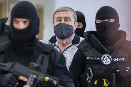 Dušana Kováčika pred súd zakaždým predvádzali ozbrojení príslušníci Zboru väzenskej a justičnej stráže. Vo väzbe sedí od svojho zadržania v októbri. Foto – TASR