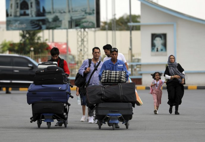 Takto pokojne prichádzali ľudia na letisko v Kábule v sobotu. Na druhý deň už mal Taliban mesto pod kontrolou. Foto – TASR/AP