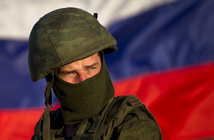 Neoznačený vojak počas ruskej okupácie Krymu. Ilustračné foto - TASR/AP