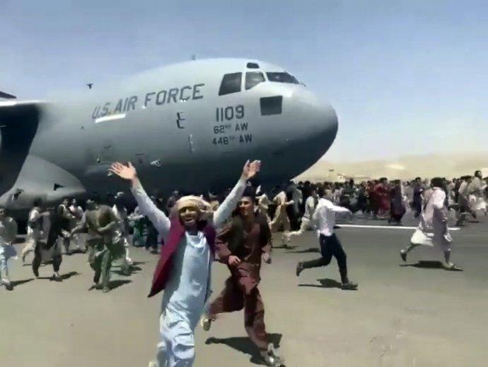 Odletovú dráhu na kábulskom letisku zaplnili stovky ľudí, ktorí sa chcú dostať z krajiny. Foto – TASR/AP