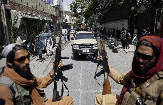 Talibanskí bojovníci hliadkujú v uliciach Kábulu. Ilustračné foto – TASR/AP