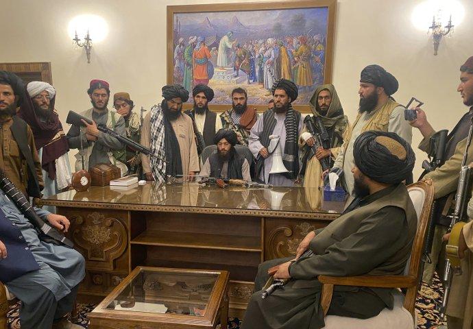 Bojovníci Talibanu preberajú kontrolu nad prezidentským palácom v Kábule. Foto - TASR/AP