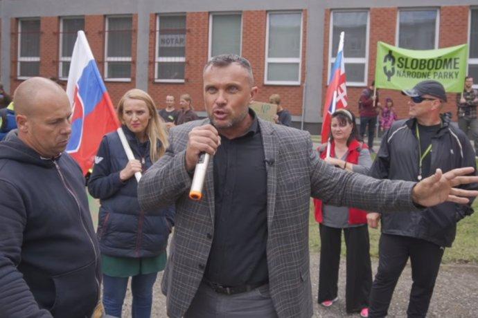 Uhríkovec Suja dosiahol vďaka svojmu protestu vo Svite na Facebooku úspech.