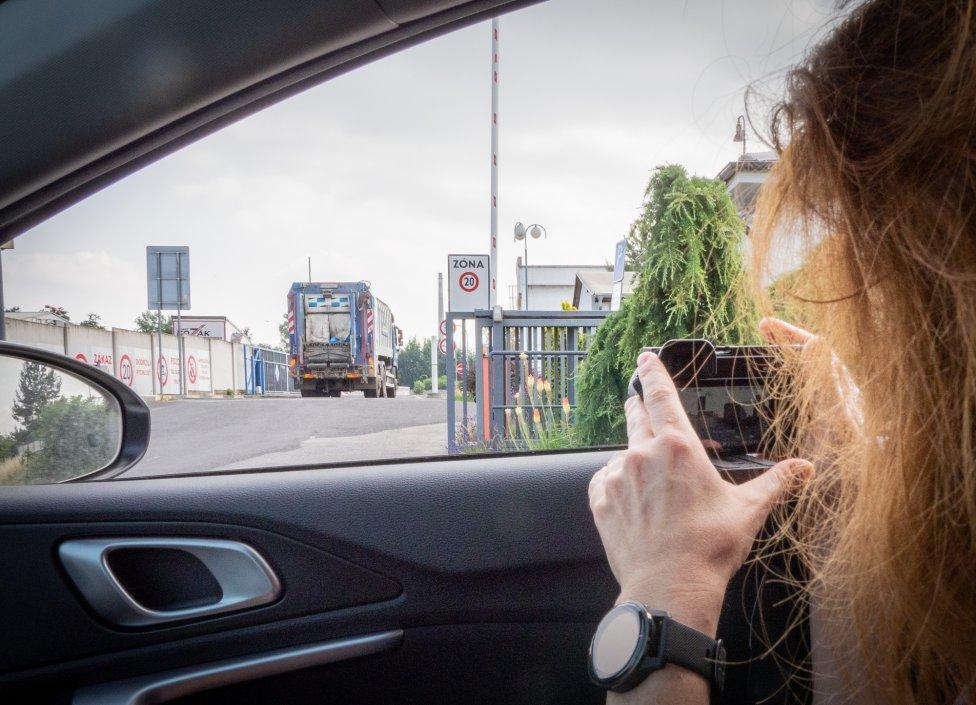 Sledovanie auta, ktoré zbieralo plastový odpad zo žltých kontajnerov v Pezinku. Foto N - Tomáš Grečko