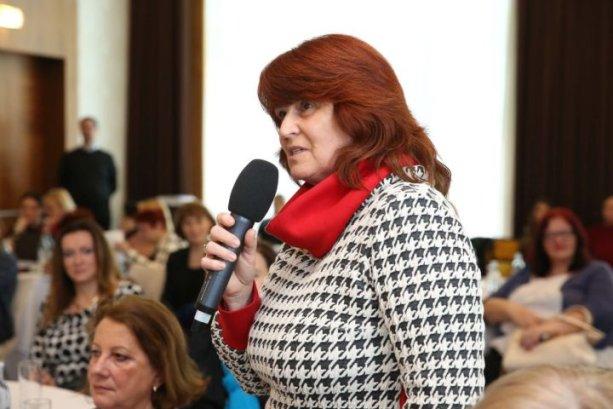 ALENA PETÁKOVÁ je prezidentka Združenia základných škôl Slovenska a riaditeľka Základnej školy v bratislavskej mestskej časti Lamač.