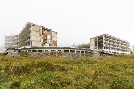 Ruina sanatória Helios, niekdajšieho výrazného príkladu citlivého začlenenia architektúry do krajiny. Foto – Peter Kuzmin