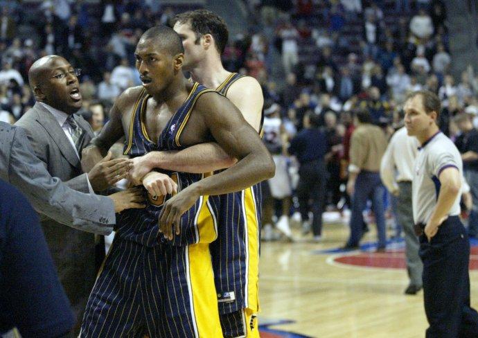 Ron Artest po bitke s fanúšikmi. Foto - TASR/AP