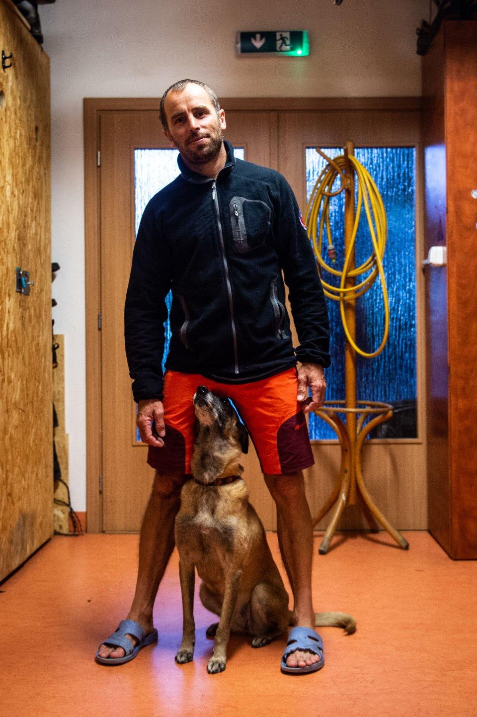 Záchranár Ján Korenko s lavínovým psom Didi. Foto N - Vladimír Šimíček