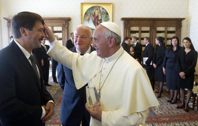 Maďarský prezident János Áder na audiencii u pápeža Františka vo Vatikáne v roku 2013. Foto – TASR/AP