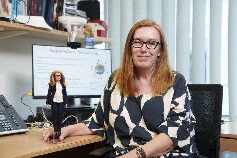 Profesorka vakcinológie Sarah Gilbert drží Barbie so svojou podobou. Zdroj: Andy Paradise/Mattel via AP