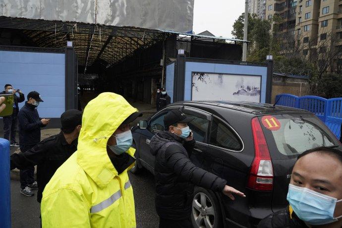 Odborníci WHO v januári 2021 vchádzajú na trh vo Wu-chane. Foto – TASR/AP