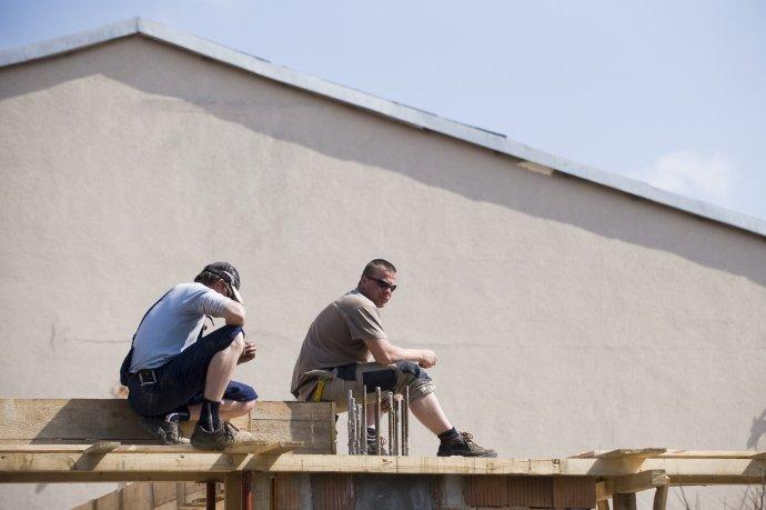 Na ilustračnej snímke dvaja stavbári odpočívajú počas obeda. Foto - Tasr