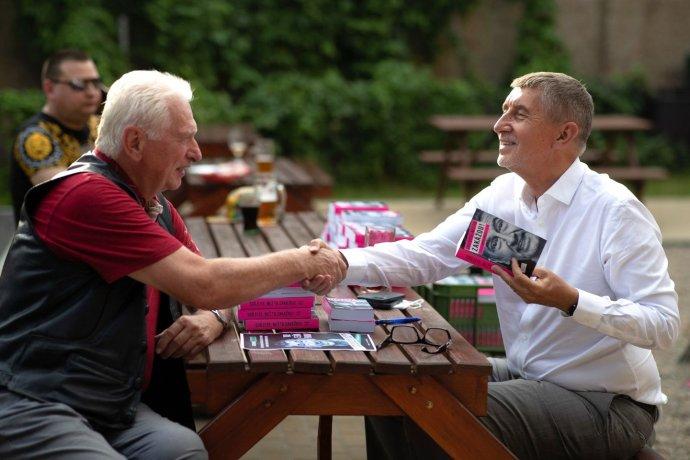 Najvýraznejšiu letnú kampaň má Andrej Babiš. Jeho kniha je náhrada volebného programu, ktorý väčšina voličov nečíta. Foto - Facebook/Andrej Babiš