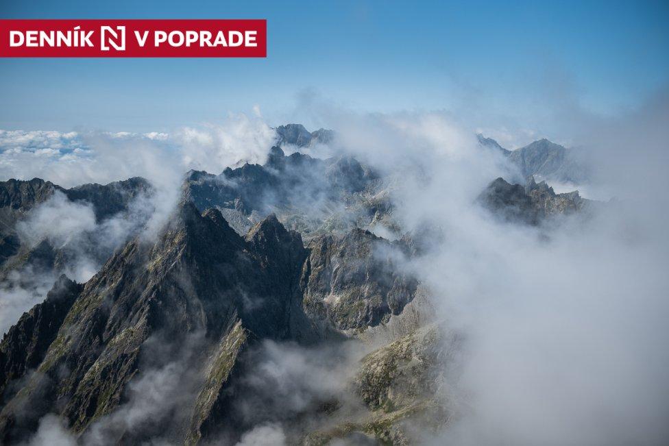 Štíty Vysokých Tatier vystupujúce z hmly, ktorá sa drží v dolinách. Foto N - Tomáš Hrivňák