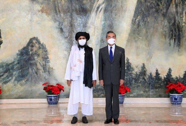 Čínsky minister zahraničia Wang Yi na stretnutí s Mullah Abdul Ghani Baradar, politickým predstaviteľom Talibanu, v Tianjin, Číne 28. júla, 2021. Li Ran/Xinhua via REUTERS