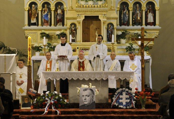 Arcibiskup Ján Sokol počas celebrovania zádušnej omše za Jozefa Tisa v bratislavskom kostole Blumentál 18. apríla 2008. FOTO TASR - Pavel Neubauer