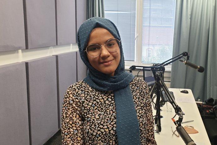 Meena Sulaimankhail v štúdiu pred nahrávaním podcastu