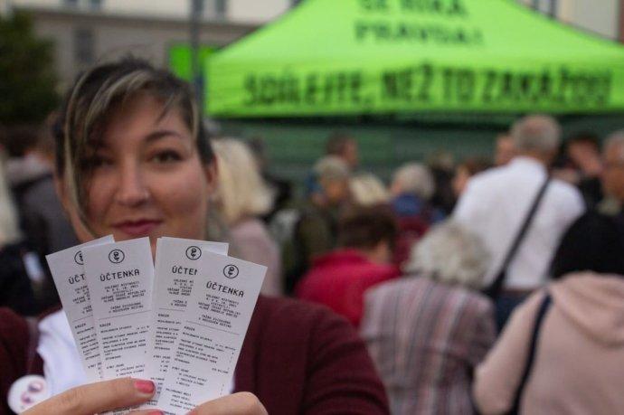 Dobrovoľníčka Kristína s účtenkami pre Andreja Babiša. Foto - Instagram Milión chvíľok