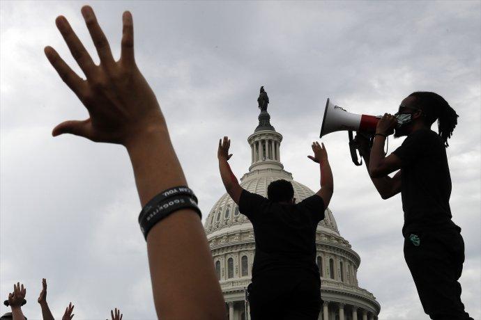 Z protestov pred Kapitolom vo Washingtone. Foto - TASR/AP