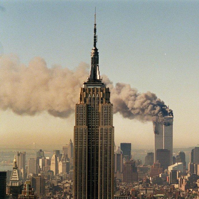 Pohľad na Empire state building a horiace dvojičky počas útokov. Foto -tasr/ap