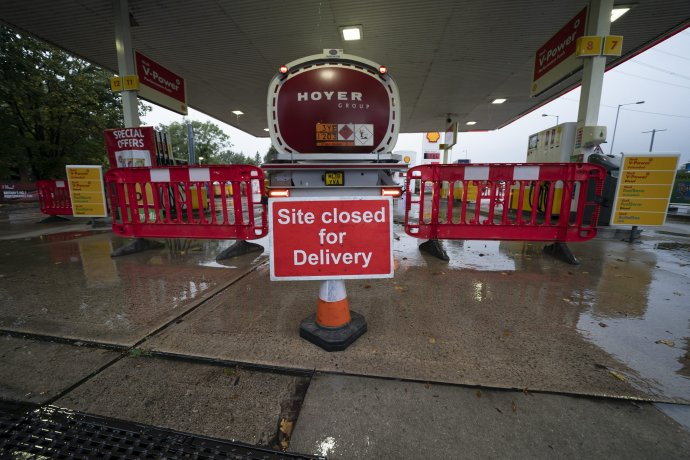 Mnohé čerpacie stanice sú zatvorené pre nedostatok dodávok po vlne paniky v posledných dňoch. Foto - TASR/AP