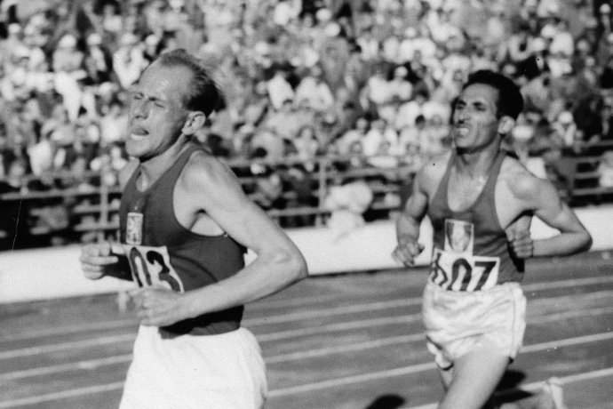 Beh na 10 000 metrov na OH 1952 v Helsinkách. Zlato, ktoré v ňom Zátopek vyhral, neskôr daroval Austrálčanovi Ronovi Clarkovi. Foto – TASR/AP