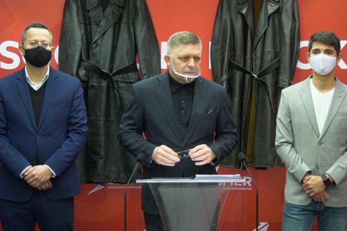 Keď si Fico v decembri priniesol na tlačovku kožené kabáty, mohlo to pôsobiť ako bizár