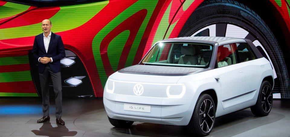 Šéf značky VW Ralf Brandstätter prezentuje elektromobil ID. Life pred začiatkom mníchovského autosalónu. Foto - TASR/AP
