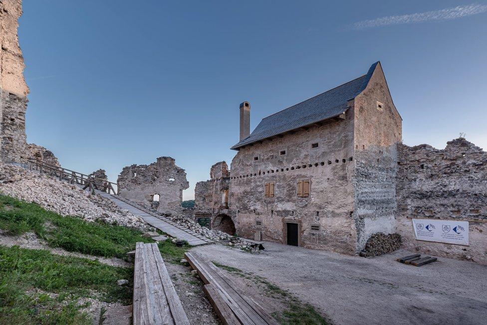 Zrekonštruovaná hospodárska budova na hrade Uhrovec. Foto – Peter Čintalan