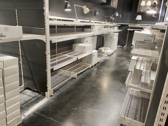 Takto vyzerá oddelenie s lampami v miestnej IKEA. Tie, čo vidíte, sú primontované k policiam, aby si ich nikto nemohol vziať, a slúžia len na ukážku toho, čo by ste mohli mať, keby to mali. Foto – Deník N/Jana Ciglerová