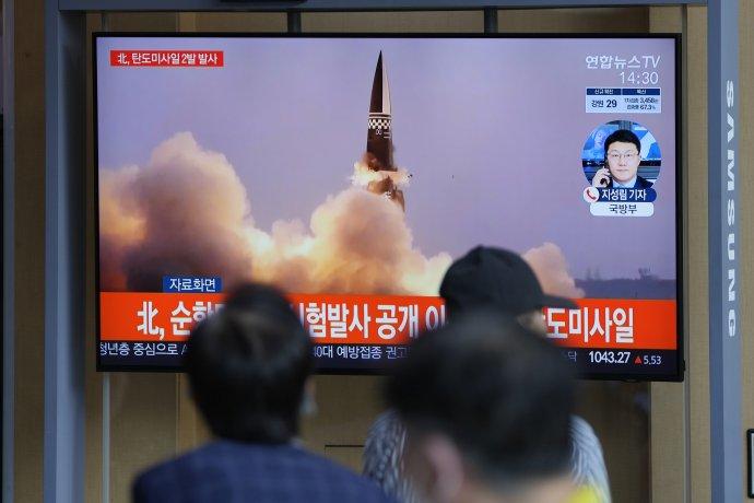 Juhokórejská televízia vysiela správy o raketovej hrozbe zo severu. Foto - TASR/AP