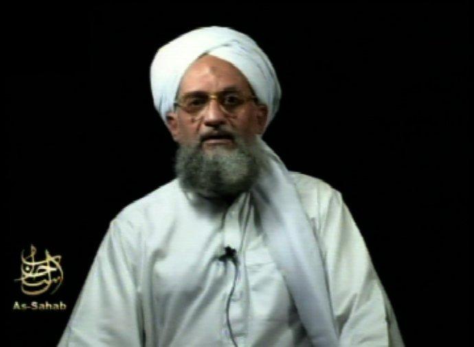 Líder al-Káidy Ajmán az-Zavahrí, na snímke z roku 2006, sa pripomenul videom pri príležitosti 20- výročia pádu dvojičiek. Foto - tasr/ap