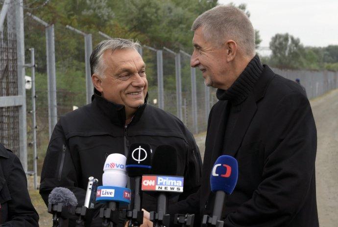 Andrej Babiš a Viktor Orbán na maďarsko-srbským hraniciam. Foto – TASR/AP