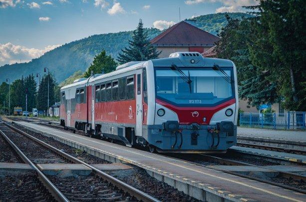 Motorová jednotka 813+913, prezývaná Mravec, bola vyrobená v českej Studénke. Pre ZSSK ju modernizovali v ŽOS Zvolen.