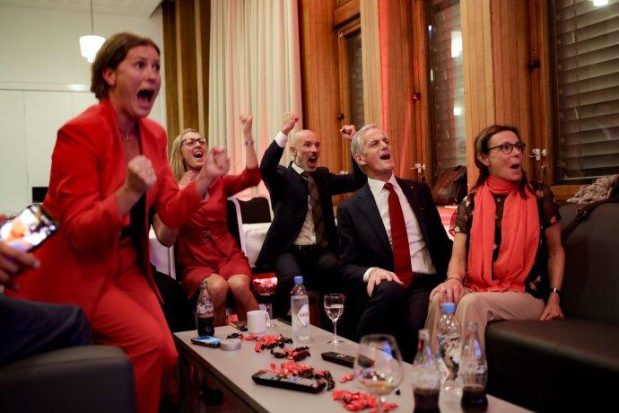 Radosť v tábore Strany práce pri pohľade na exitpolly. Budúci premiér Jonas Gahr Støre je druhý sprava. Foto – TASR/AP