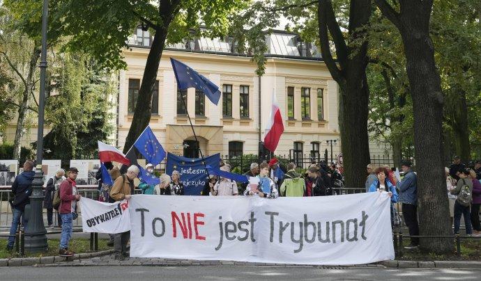 Protest pred ústavným súdom. Foto - TASR/AP