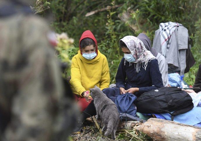 Ženy z Afganistanu pri poľskej dedine Usnarz Gorny, ako ich odfotili ešte v auguste novinári, keď tam ešte mohli ísť. Foto - tasr/ap