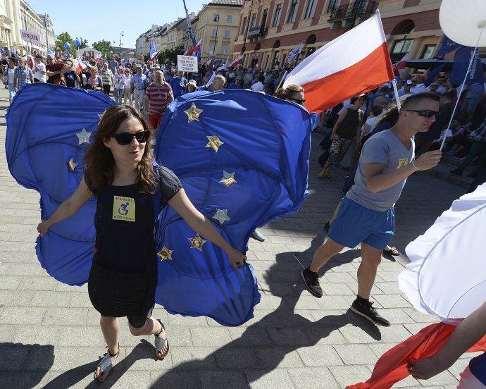 Odporcovia vlády v Poľsku na protesty často nosia vlajky EÚ, ako napríklad v roku 2018. Foto – TASR/AP