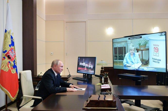Ruský prezident Vladimir Putin a na monitore šéfka Ústrednej volebnej komisie Ella Pamfilovová. Foto - TASR/AP