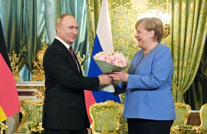Angela Merkelová počas augustovej návštevy u Vladimira Putina. Foto - TASR/AP