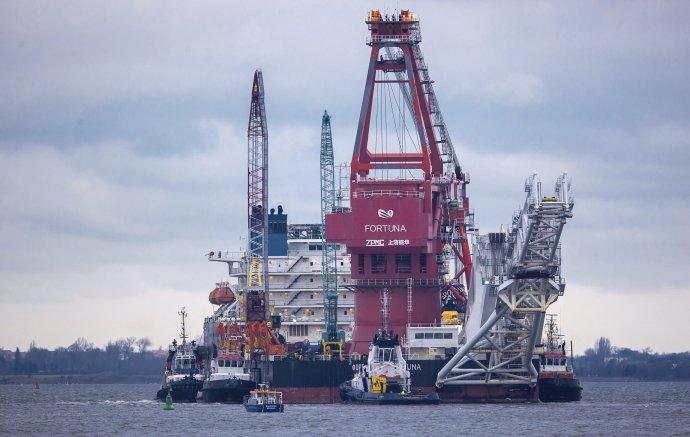 Na archívnej snímke ruské plavidlo Fortuna poverené dokončením sporného plynovodu Severný prúd 2 (Nord Stream 2). Foto - TASR/AP