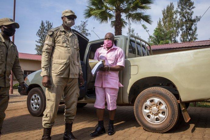 Na zábere zo septembra 2020 prichádza Paul Rusesabagina na súdne pojednávanie. Foto - TASR/AP