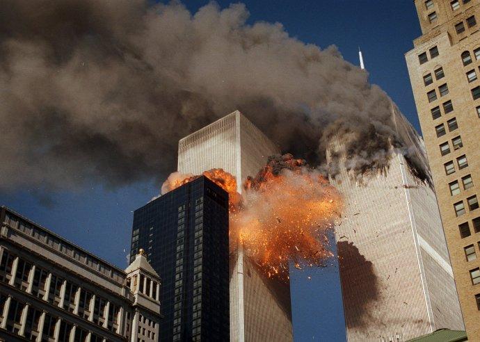 Do južnej veže vletelo lietadlo na nižšom poschodí. Foto – TASR/AP