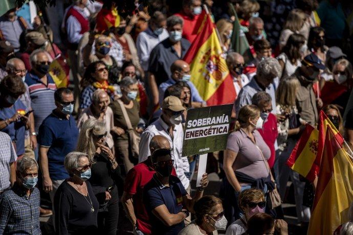 Niektorí Madridčania vyšli do ulíc proti cenám elektriny protestovať. Nalákal ich tam líder ultrapravicovej strany Vox Santiago Abascal. Foto TASR/AP