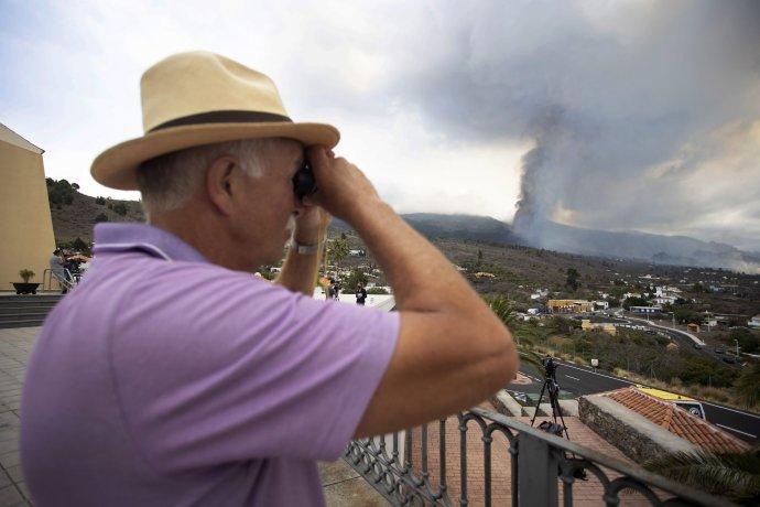 Muž sleduje erupciu sopky Cumbre Vieja. Foto – AP