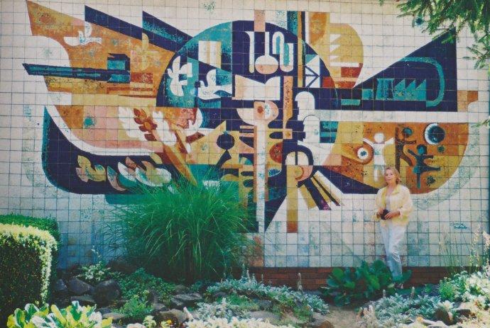 Autorka mozaiky Jarmila Dicová-Ondrejková pred svojím dielom. Foto - archív Jarmily Dicovej-Ondrejkovej.
