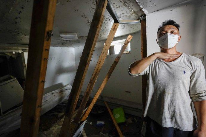 Danny Hong ukazuje, ako vysoko bola voda v jeho byte vo štvrti Queens v New Yorku. Foto - TASR/AP