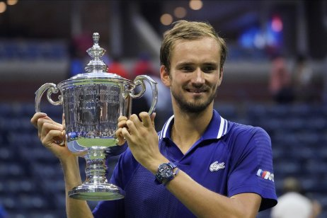 Daniil Medvedev s trofejou pre víťaza US Open. Foto – TASR/AP