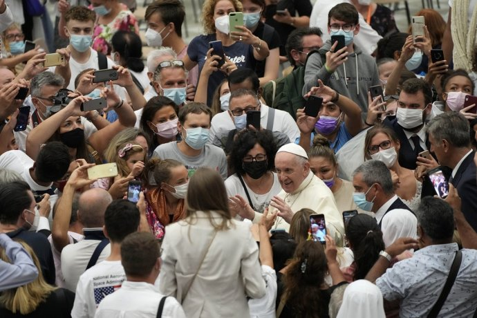 Pápež František pozdravil veriacich vo Vatikáne. Foto - TASR/AP